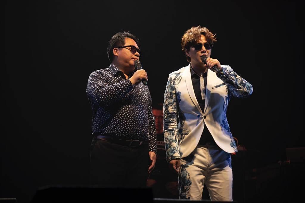 蕭煌奇與張林峰在演唱會上合唱〈寫一條歌,寫你我爾爾〉。(環球音樂提供)