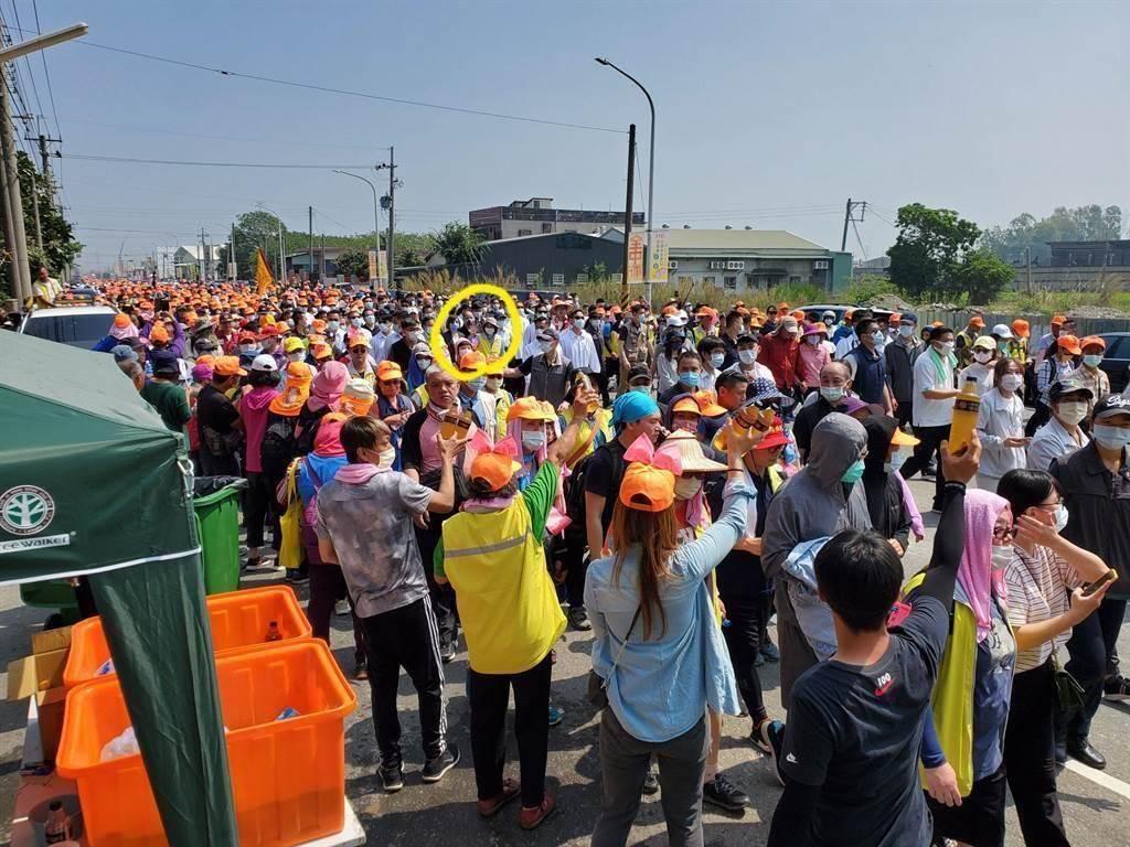 總統蔡英文16日走在白沙屯媽祖前方,在大批國安人員護衛中顯得不起眼,但仍有支持者眼尖認出熱情招手。(資料照,周麗蘭攝)