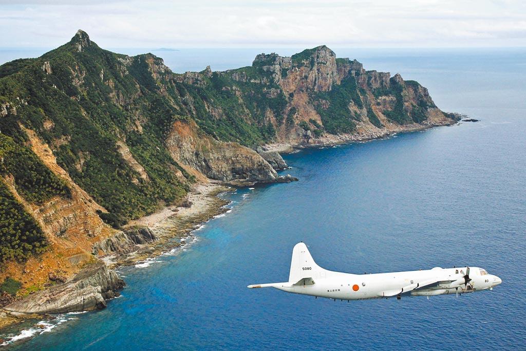 中國駐日本大使館表示,釣魚島及其附屬島嶼是中國固有領土,無論日美說什麼,都改變不了釣魚島屬於中國的客觀事實。圖為日本海上自衛隊偵察機飛越釣魚島。(美聯社)