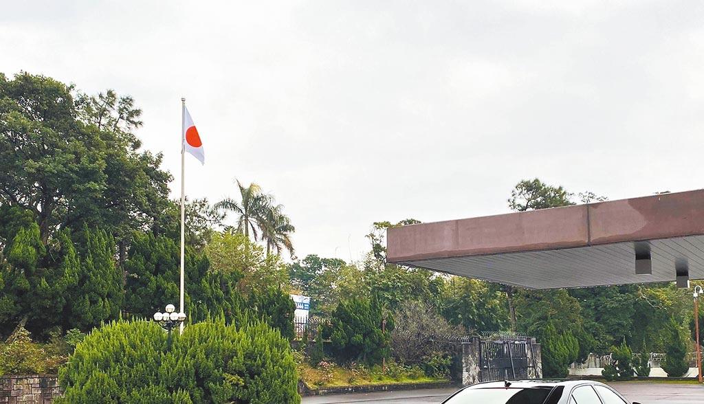 日本國會議員古屋圭司17日在推特發文指出,台北的「日本台灣交流協會」升起日本國旗了。不過該推文附上的照片並非交流協會,據悉是位於日本駐台代表官邸。(摘自古屋圭司twitter)