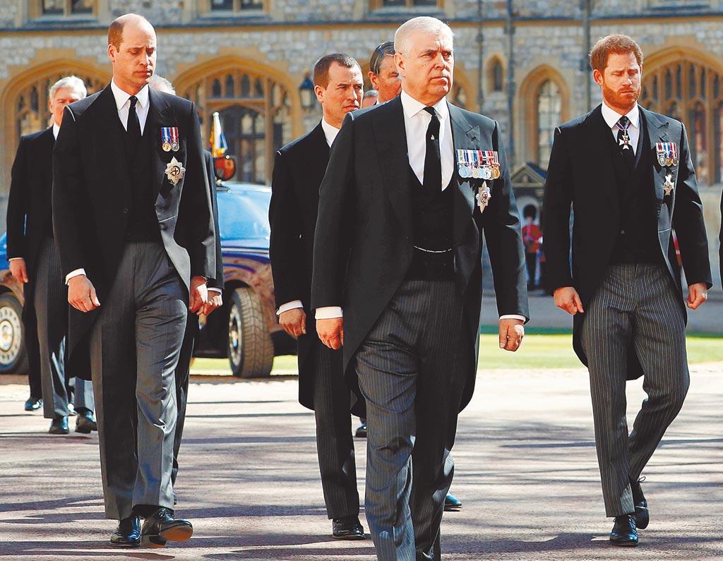 在菲利普親王的葬禮中,威廉王子(左)、哈利王子(右)與其他王室家族成員一起步行,跟隨在靈車後方,眾人神情肅穆,氣氛哀傷。(路透)