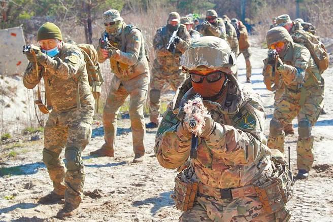 俄羅斯與烏克蘭緊張對峙升高。圖為烏克蘭部隊日前在首都基輔郊區舉行展開防禦演習。(路透)