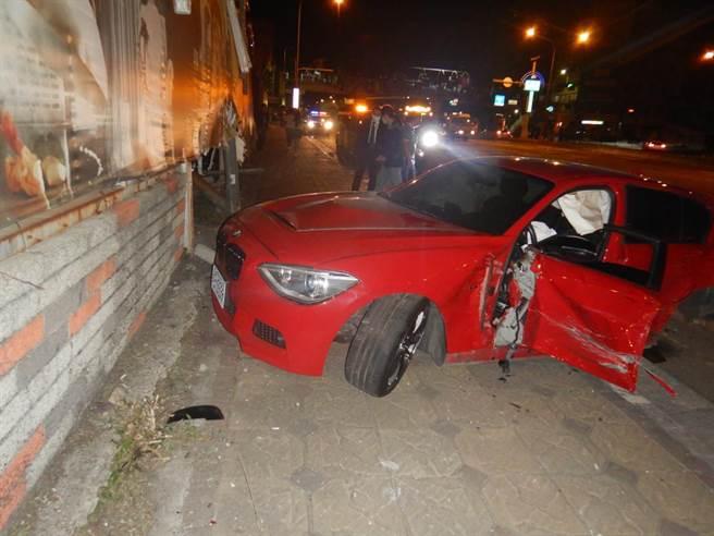 黃男的自小客車再撞上安和停車場的圍牆,造成黃男頸部及雙手受傷。(民眾提供)