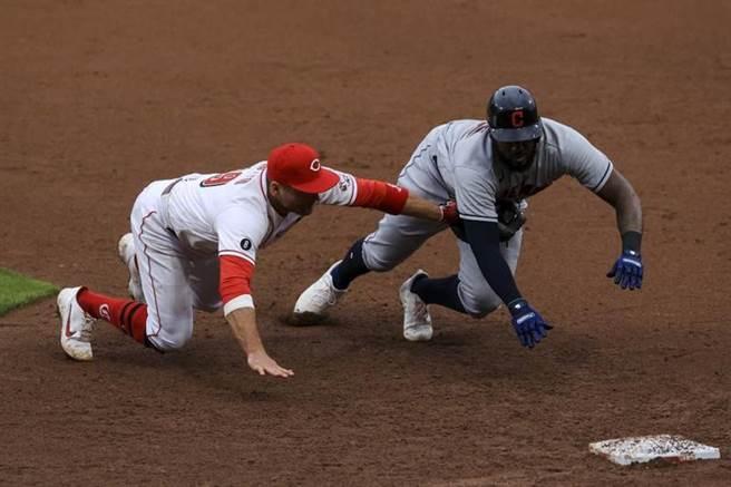 紅人一壘手瓦托(左)接殺打者之後再觸殺跑者瑞耶斯,最後完成三殺。(美聯社)