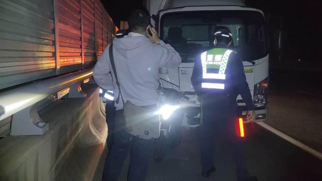 一名吳姓老婦18日凌晨時騎電動機車誤闖國道3號,在竹南段北上114公里處遭貨車撞死,貨車司機由警方帶回調查事發原因。(讀者提供/謝明俊苗栗傳真)