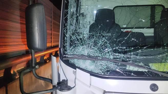 一名吳姓老婦18日凌晨時騎電動機車誤闖國道3號,在竹南段北上114公里處遭貨車撞死,貨車前擋風玻璃破碎。(讀者提供/謝明俊苗栗傳真)
