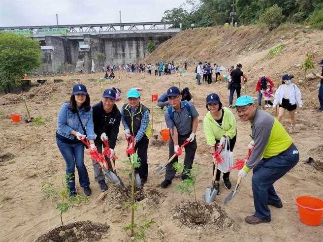 知名家俱公司认养位在苗栗三义、卓兰的生态造林地,并植下1千9棵各类树苗。(新竹林管处提供/谢明俊苗栗传真)