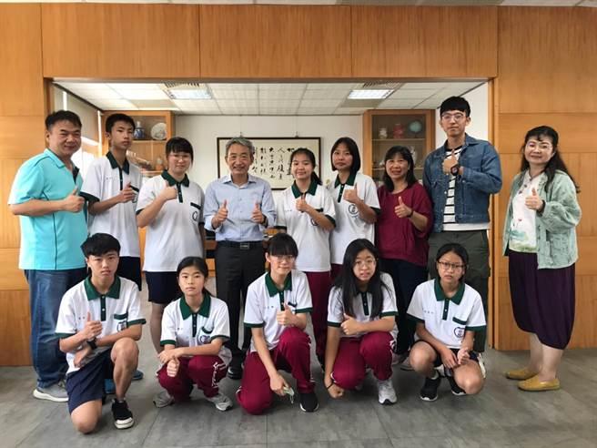 竹南君毅中學今年參加苗栗縣文狀元競賽,有9名同學獲獎。(君毅中學提供/謝明俊苗栗傳真)
