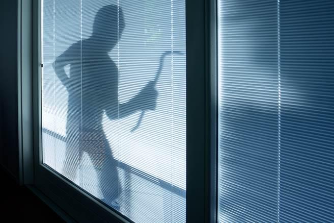 一名盜賊在偷竊時不慎墜樓。圖片為示意圖非本人。(圖/shutterstock)