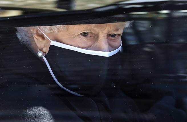 英國王室17日為菲立普親王舉行葬禮,女王伊麗莎白二世(Queen Elizabeth II)被拍到在前往禮拜堂的路上擦拭眼淚。(圖/美聯社)