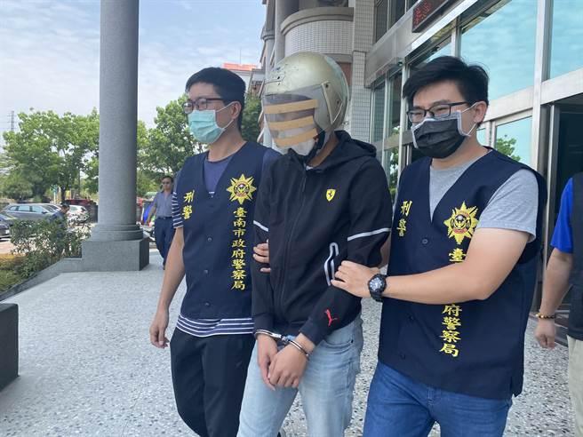 台南仁德當街砍殺案,警方逮獲21歲劉姓男子等2人到案。(曹婷婷攝)
