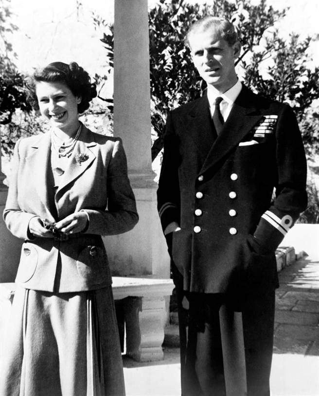 圖為1949年11月25日尚未登基的女王與菲立普親王在馬爾他的合照。此張照片並未被證實是女王在親王葬禮上攜帶的照片。(資料照/TPG、達志影像)