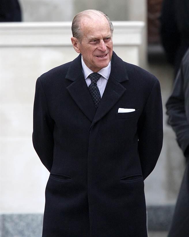 正裝胸口口袋放置白色方巾是已故英國菲立普親王的招牌服裝風格。(資料照/TPG、達志影像)