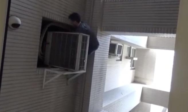 警方扮演蜘蛛人爬窗進入屋內攻堅,成功破獲毒窟。(柯宗緯翻攝)