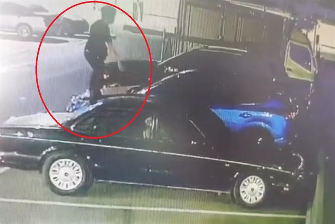 整個停車場都是遊樂場,一名男子醉後大踩停車場的車子,恐須負起賠償金。(翻攝爆料公社網頁)