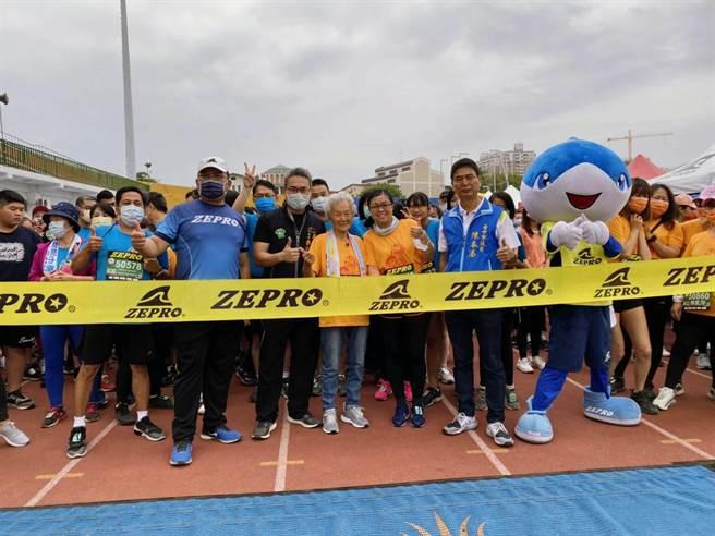 高齡93歲跑友劉心鈺女士完成6公里挑戰。(台中市政府提供)