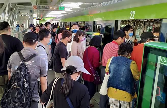 台中捷運綠線25日起正式營運,台中市交通局同步推出台中市民持敬老卡享半價優惠。(資料照片/陳淑芬台中傳真)
