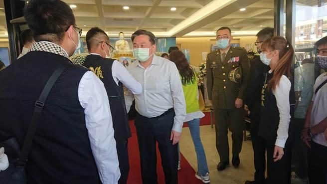 台南市立委王定宇(淡藍襯衫者)18日再參加太魯閣號事件罹難者的告別式,表示以文字聲明回應噴漆案。(程炳璋攝)