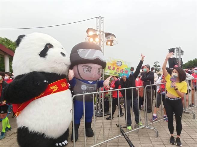 霹靂戰警、霹靂熊貓大型人偶為參賽者加油。(新北保安警察大隊提供)
