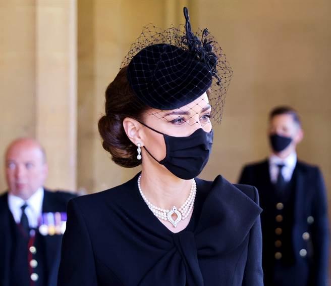 17日菲立普親王葬禮上,凱特王妃特別戴上了女王伊麗莎白二世(Queen Elizabeth II)及已故黛安娜王妃先前都戴過的珍珠項鍊,向兩位家族長輩致敬。(圖/TPG、達志影像)