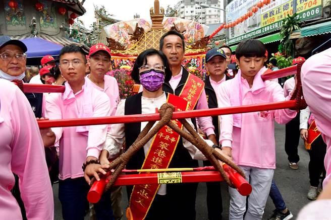 南瑶宫彰化妈徒步百年古香路到笨港进香18日起驾。(吴敏菁摄)