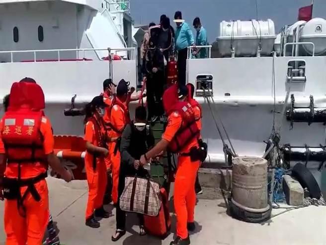 原欲搭船前往蘭嶼的遊客,遇上客輪舵機故障,所幸經海巡船隊戒護、平安上岸。(海巡提供)