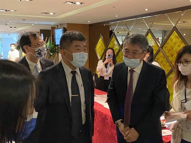 中洋流行疫情指揮中心指揮官陳時中(左二)說,台灣疫情出現疲乏。(林志成攝)