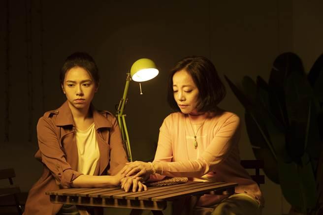 范瑞君(右)在舞台劇《Space Boy》星空男孩演夏于喬媽。(故事工廠提供)