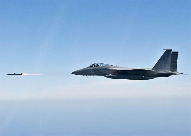 美国陆军F-15测试最新的AIM-120D导弹,声称打破了射程记录