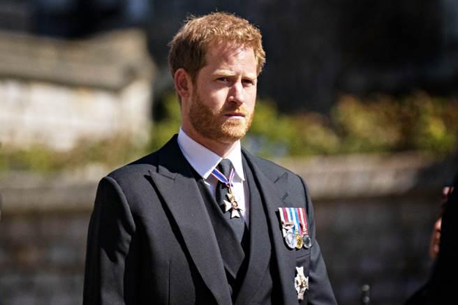 英國哈利王子緊急返回英國參加祖父菲立普親王的葬禮,卻傳出被大部份王室成員冷對,專家分析,從哈利在葬禮上的小動作就可看出他相當焦慮。(圖/TPG、達志影像)