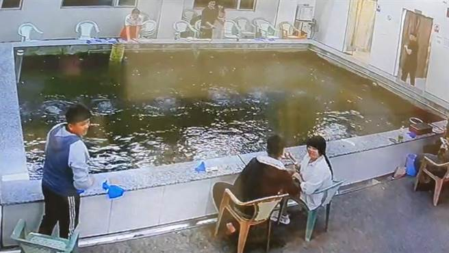 18日晚間,3分鐘內發生2起地震,釣蝦場民眾驚慌四處觀看。(民眾提供)
