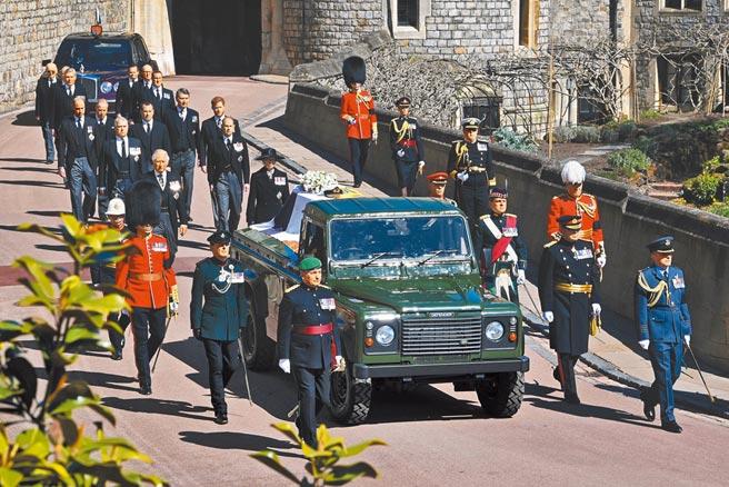 英國王室成員由王儲查爾斯(中)帶頭,率領弟弟約克公爵安德魯王子等手足,以及兒子威廉和哈利,跟隨菲利普親王生前參與設計、由路華吉普車改裝的靈車,徒步前往聖喬治教堂。(路透)