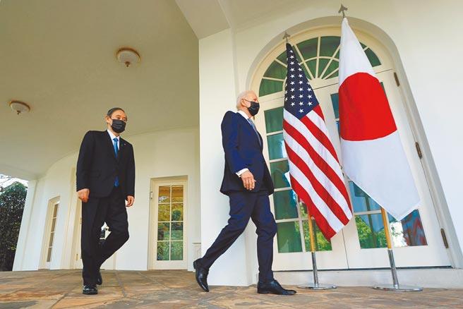 美日峰會於台灣時間17日凌晨舉行,美國總統拜登(右)與來訪的日本首相菅義偉(左)會談後,走出白宮橢圓形辦公室,準備發表聯合聲明。(路透)