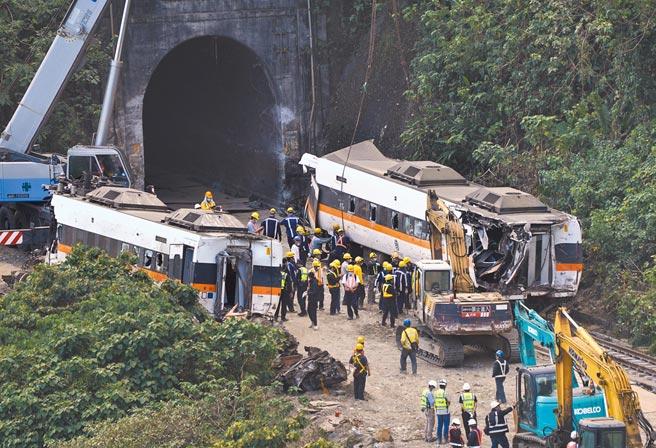 太魯閣號49死事故,負責工程監造設計的聯合大地公司,涉嫌協助東新營造浮報工程進度。圖為太魯閣號事故現場。(中新社)