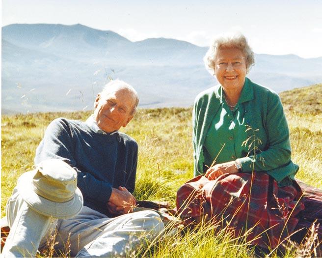 圖為女王最珍愛的夫妻合照之一,兩人都露出幸福的笑容。(美聯社)
