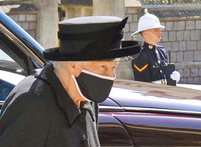 英國女王伊莉莎白二世身著黑衣黑帽,還戴上黑色口罩,以表達哀悼之意。(美聯社)