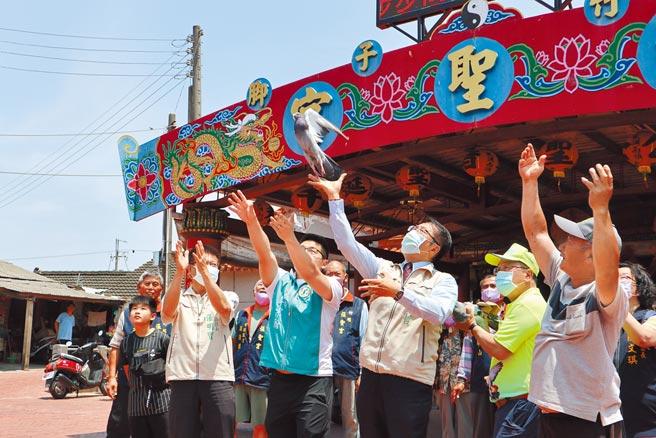 台南市長黃偉哲(右三)17日參加鴿笭文化季啟動記者會,會後放鴿笭。(張毓翎攝)