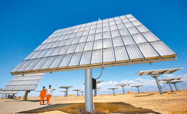 新疆的太陽能產業,有可能成為繼棉花之後,下一個被西方攻擊的箭靶。圖為新疆哈密石城子太陽能園區。(新華社)