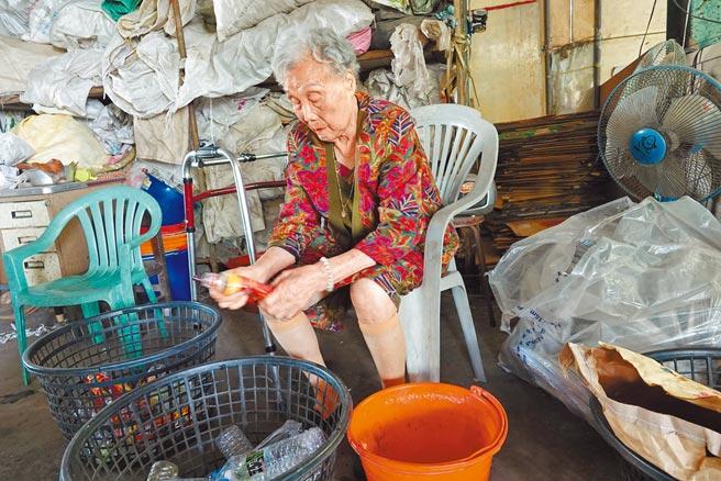 鹿港鎮今年最年長的模範母親施呂綉鳳已經97歲,身體依然硬朗,從事慈濟資源回收站志工20餘年。(吳敏菁攝)
