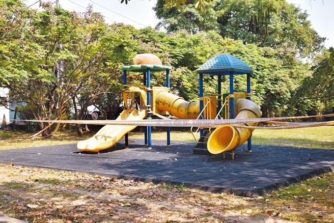 高雄燕巢區南燕公園的兒童遊樂設施,此前因為經費問題,延誤整修。養工處說,近期會考慮拆除此設施,換一個新的遊樂設施。(林瑞益攝)