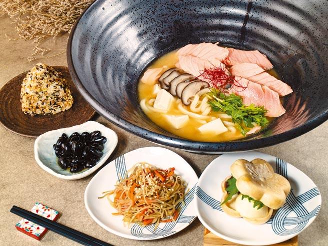 微風南山「本川製麵所」鮭魚味噌湯烏龍,加入古法發酵製作的日本信州味噌,480元。(微風提供)