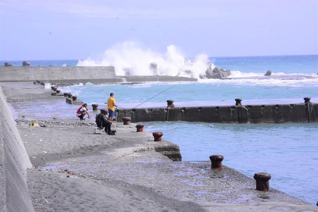 日核廢水對台民眾有何影響?專家指4大問題,包括民眾難以安心的從海產中攝取人體需要的營養。圖為民眾日常在海邊釣魚。(示意圖/本報系資料照片)