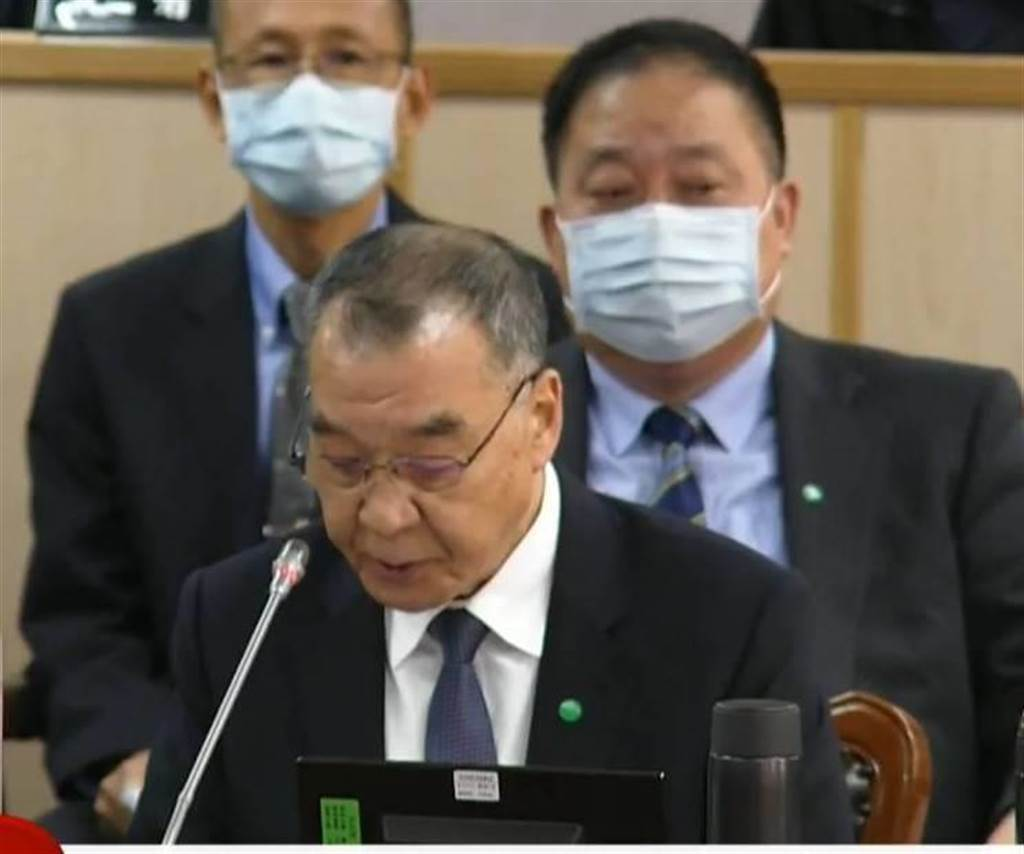 國防部長邱國正(前),副參謀總長執行官徐衍璞(後)在立院備詢。呂昭隆攝