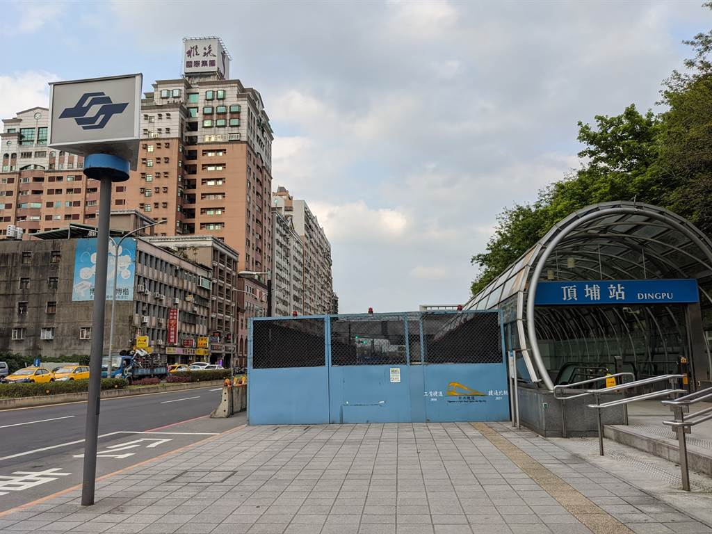 捷運頂埔站漲勢猛,5年間房價成長15.6%,均價從一坪27.5萬元漲至31.8萬元。(葉思含攝)