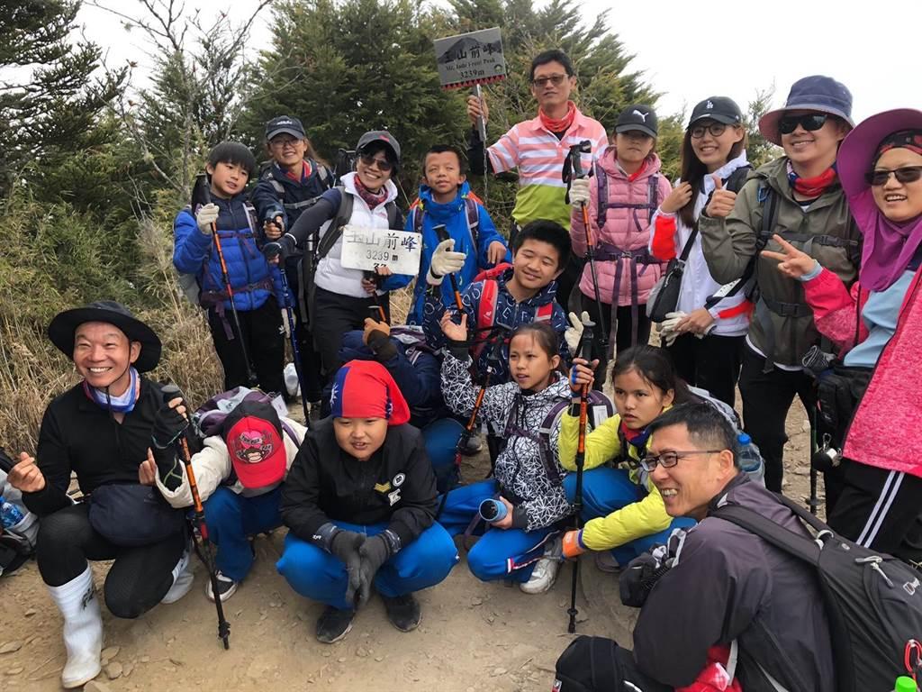 玉山前峰是玉山群峰最接近登山口的一座,但攀爬起來仍不輕鬆,最後有一段800公尺的石瀑區,同樣讓這群小小勇士吃足苦頭。(謝秀華提供/吳建輝彰化傳真)