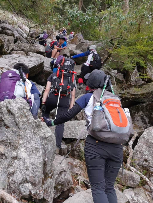 孩子們手腳並用一步一步攀爬在大小岩石上,過程中小朋友們互相叮嚀、打氣,最終成功攻頂,並且克服高山,順利演奏「獻給母親的歌」給玉山聽。(謝秀華提供/吳建輝彰化傳真)
