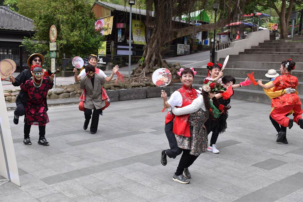 三義桐花祭安排遊客跟著傳統公揹婆表演隊伍一遊桐花道。(謝明俊攝)