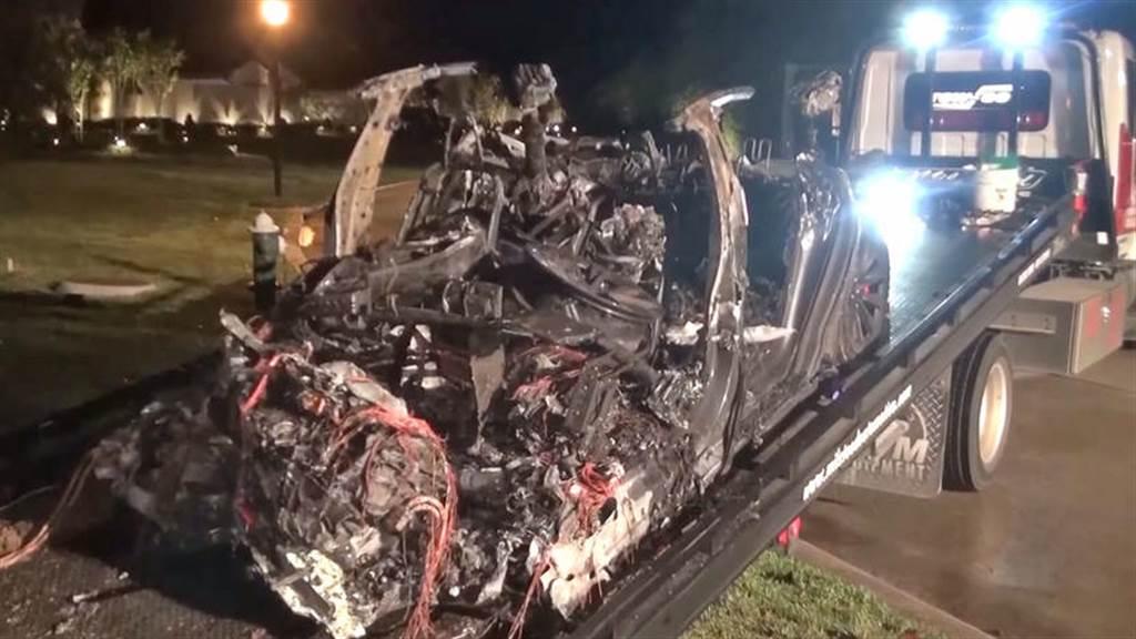 美國德州發生特斯拉自撞兩死事故,警方確認事發當時「沒人在開車」