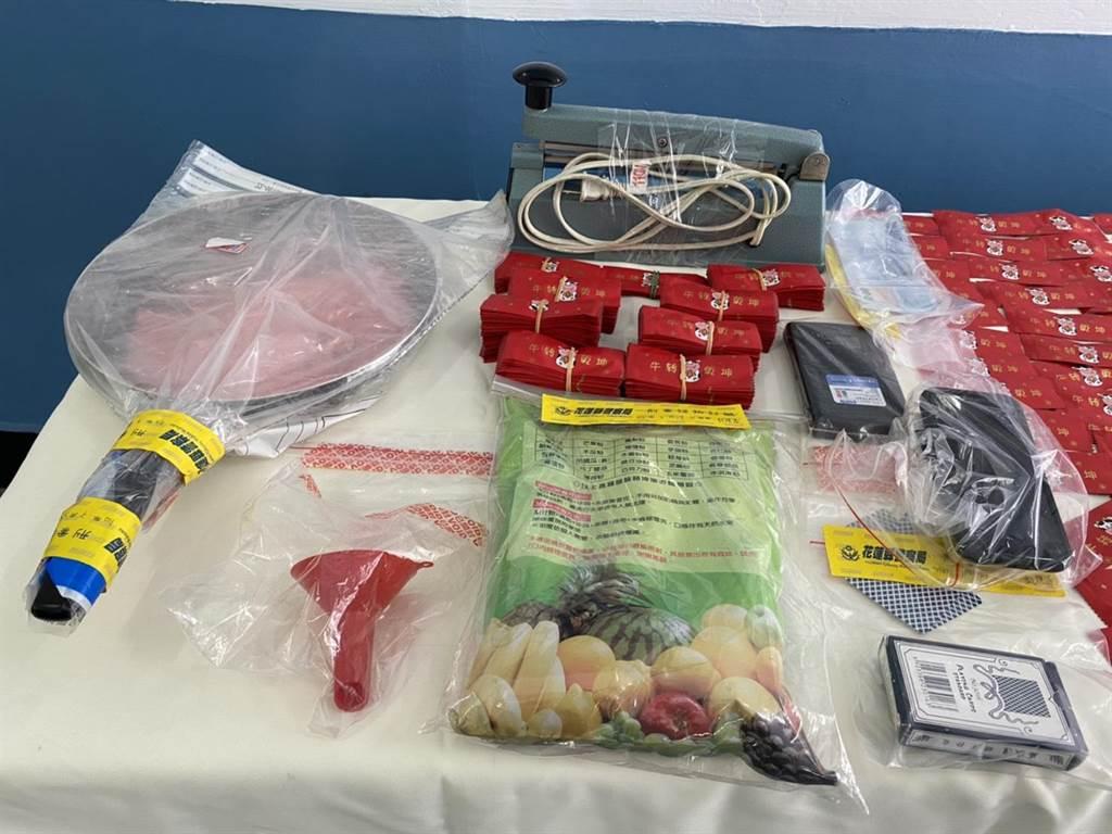 警方在林男住處查扣毒品咖啡包126包,共重461公克、磅秤1台、包裝袋封口機及分裝器等證物。(羅亦晽攝)