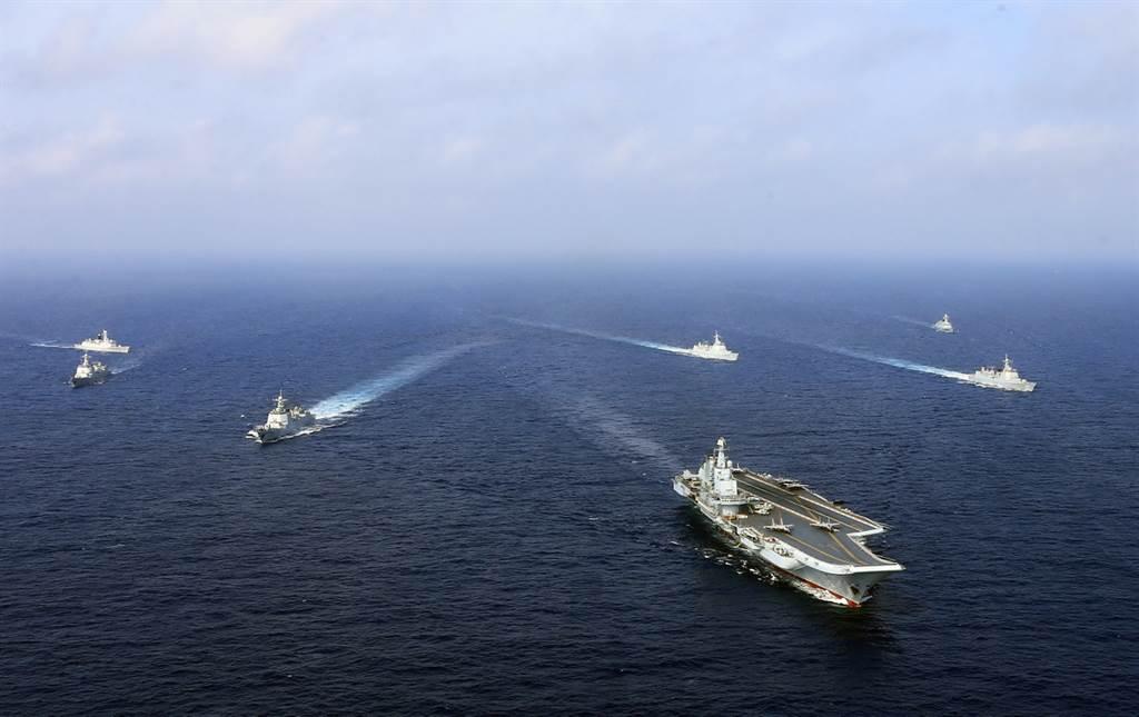 遼寧號與山東號航母同時露面標誌著中共海軍已從近岸邁向遠海,其目的並非針對台灣,而是指向美國。(圖/新華社)
